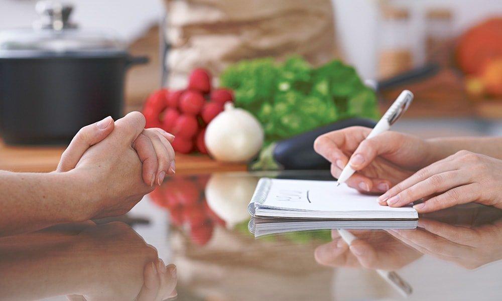 Organízate y elabora un menú semanal para anotar los alimentos que necesitas comprar y evitar las compras de superfluos